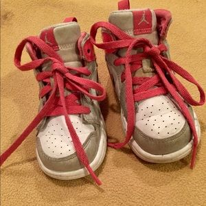 GUC Sz 6 Girl Pink & White Nike Low Top Sneakers